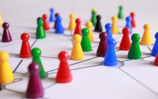 Redes de relacionamento representas por um tabuleiro com pinos de jogos ligados por uma linha